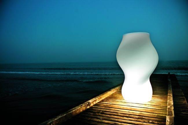 מנורות חוץ מעוצבות גם מאירות וגם מקשטות את החצר: מנורה מעוצבת מבית לוצ