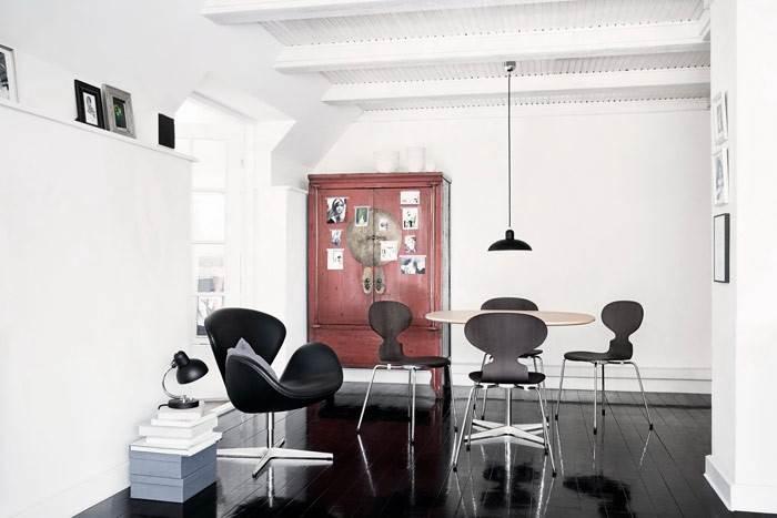 כסא האוכל ANT והכורסא SWAN- איקונות בעולם העיצוב הסקנדינבי בעיצובו של האדריכל והמעצב הדני ARNE JACOBSEN לחברת THE REPUBLIC OF FRITZ HANSEN. להשיג בחלל הקונספט THE BOX.