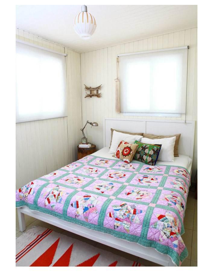 דניאלה, שלא מפחדת מטקסטורות ומצבע, השתמשה בכיסוי מיטה מסורתי, כריות בטקסטיל צבעוני ובחרה בצבע מיטה לבן וקירות נייטרליים. צילום: דניאלה גלפר.