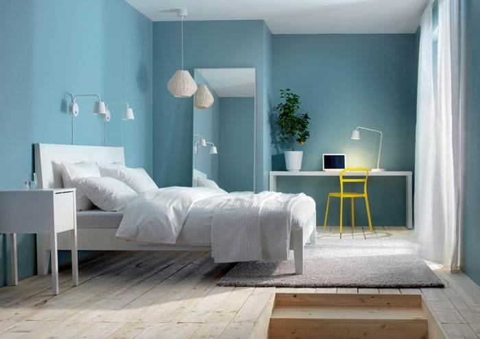חדר שינה עם צבעוניות מרגיעה. דוגמא מצוינת לעובדה שקירות לא חייבים להיות צבועים לבן ועדיין לשדר מראה מרגיע ונינוח. במקרה זה, הצבע הלבן מופיע בריהוט הנייד עם קריצה של צבע נוסף. להשיג ברשת איקאה.
