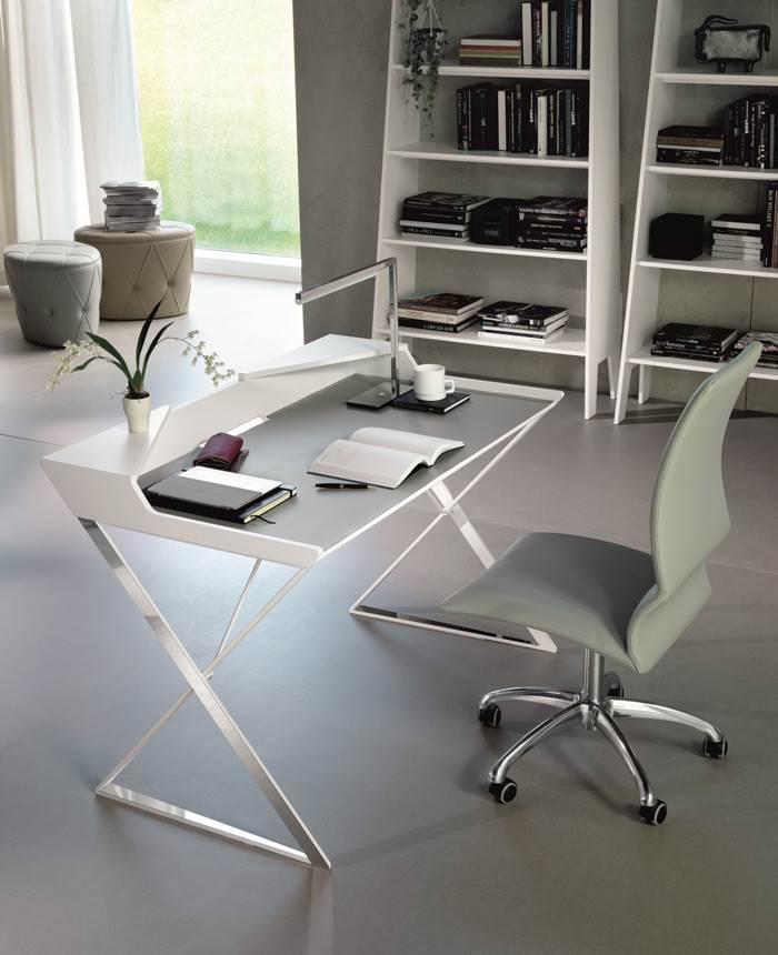 שולחן כתיבה מחופה עור של חברת CATTELAN ITALIA. להשיג במתחם HOME DESIGN בנתניה.