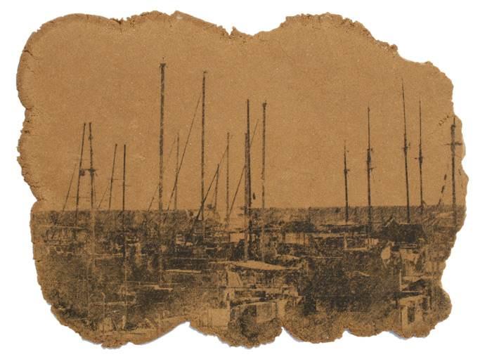 מוטיבים של סירות, נופים ודמויות בטכניקה המערבת שימוש בחול- עבודה של עדי ברק רוזנברג. צילום: עדי ברק רוזנברג