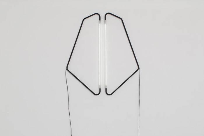 אובייקט אור 004 הוא למעשה מנורה מודולרית עשויה 120 נוריות בתוך צינור אקריליק, אשר מחובר לצינור ברזל מכופף. צילום: רמי סלומון.