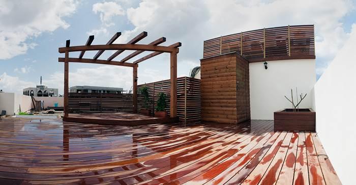 מחסן העץ והצמחייה המעשירים את הגג