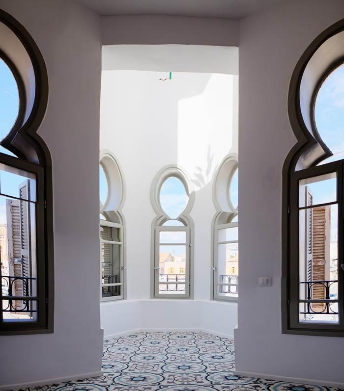 שפע של אור דרך החלונות המקוריים דמויי תלתן