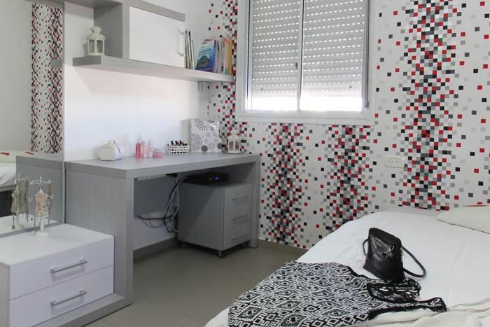 חדרי השינה של הילדים עוצבו עם קריצות של צבע בעזרת טפטים צבעוניים