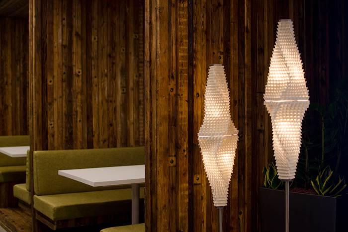 כך נולד עיצוב- גופי תאורה קרמיים עומדים בחללי משרדי אוטודסק ישראל