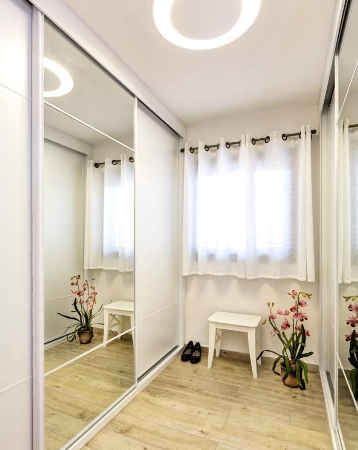 חדר הארונות הצמוד תוכנן ליצירת פתרונות אחסון נוחים עבור בני הזוג