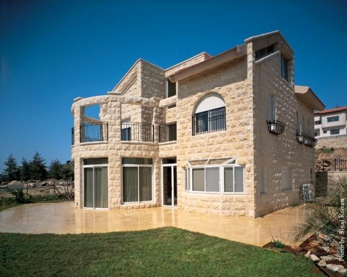 האבן המסורתית משתלבת כיום גם בבנייה מודרנית יותר. צילום: שיש ירושלים גרבלסקי