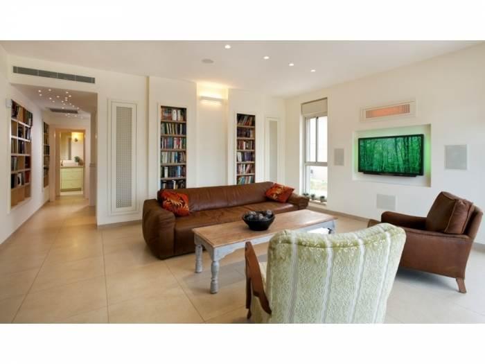 הסלון יועד לצפייה בטלוויזיה ואירוח.