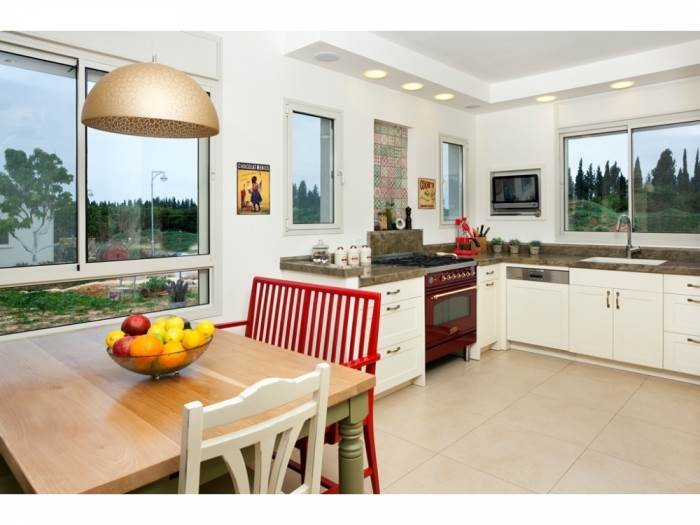 הגדלת פתחי החלונות הכניסו את הנוף והאור הביתה.</br>מבט אל המטבח