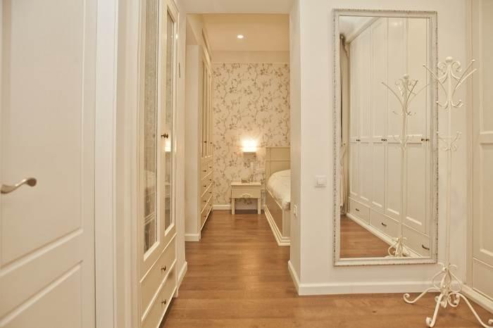 חדר ארונות רומנטי ומפנק בסוויטת ההורים | צילום: גיא הכט