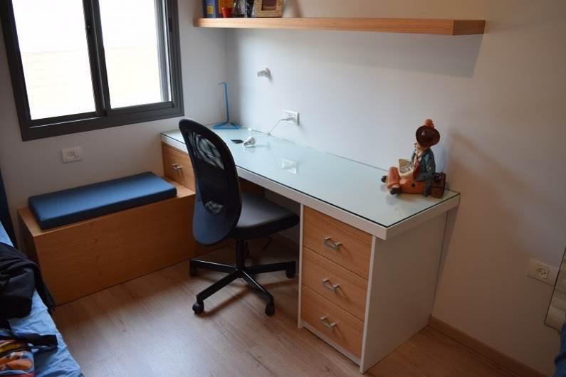 שולחן כתיבה בחדר ילדים. יחצ: נגריית גיטרמן את ניקולא