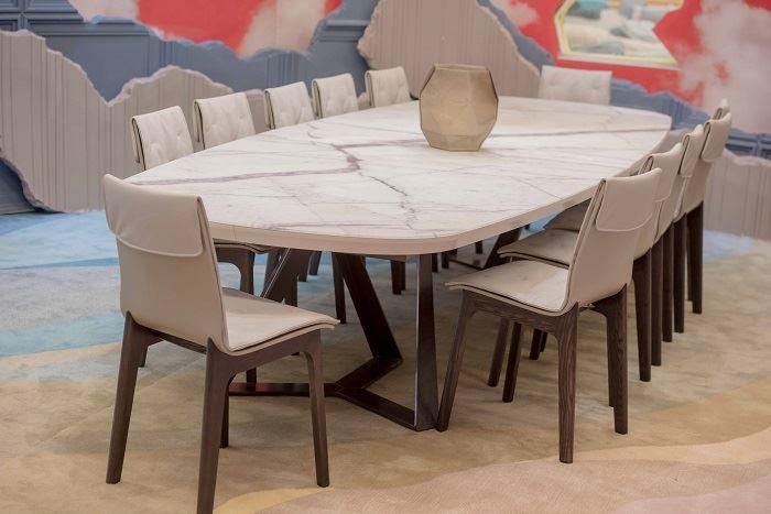 השולחן האובלי של פינת האוכל כמו גם הכיסאות המפנקים, יוצרו עבור הבית על ידי מותג היוקרה Bontempi   צילום: גלעד רדט