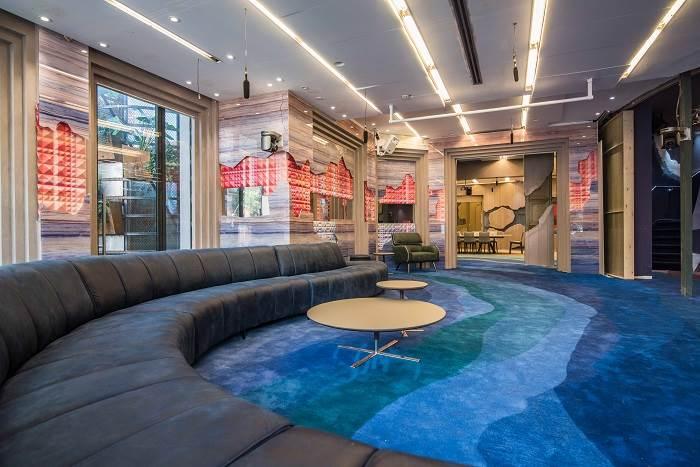 תפקידם של השטיחים העוטפים את הבית כולו, הוא להעצים את המימד הדרמטי   צילום: גלעד רדט