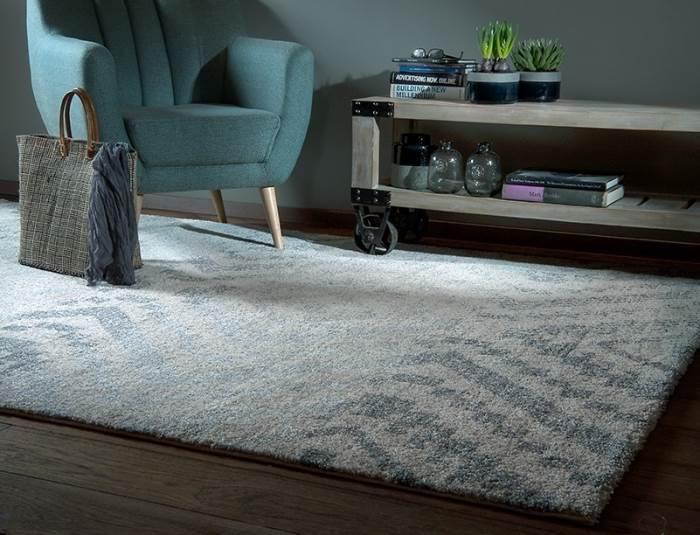 שטיח שאגי שמחמם ומשלים את העיצוב הרצוי לפינת ישיבה חמה ומודרנית. | צילום: יחצ כרמל פלור דיזיין