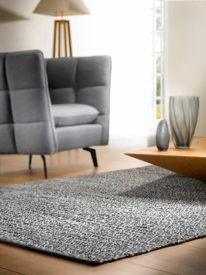 שטיח עורות לסלון בעיצוב עוצמתי המתאים לכל עונות השנה. | צילום: יח