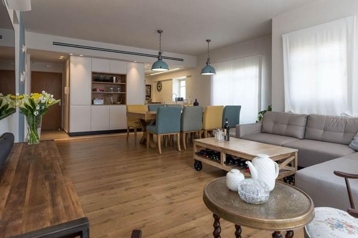 בסלון,שולחן הכולל נישת אחסון ומזנון, בקו עיצובי נקי | צילום: נמרוד סונדרס