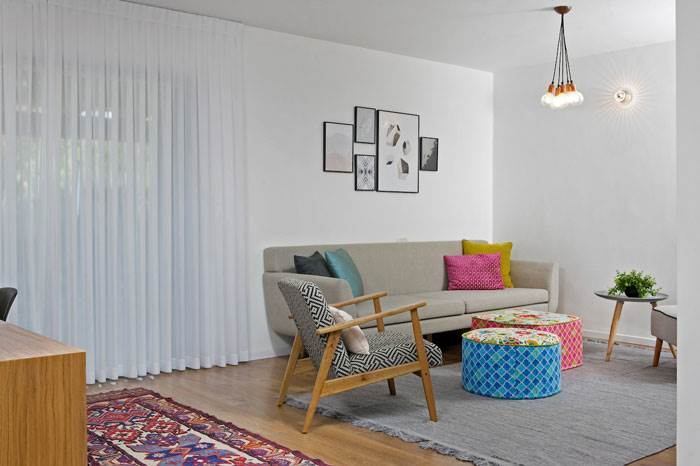 מבט אל הסלון ומשחקי הצבעים המעשירים את הצבע הלבן שביקשה המשפחה | צילום: שירן כרמל