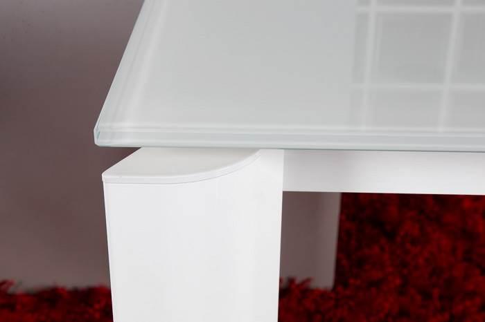 שולחן קפוטבולה נפתח עם רגל עלה בגימור לבן. ניתן להזמין בצורת ריבוע או טיפה בגימורים נוספים
