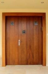 דלת כניסה בצבע עץ דובדבן