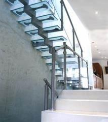 מדרגות עם מדרכי זכוכית - קו נבון