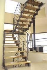 מדרגות עץ לפנים הבית - קו נבון