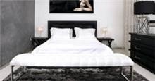 חדר שינה עם ספסל