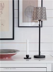 מנורה עומדת שחורה