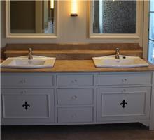 משטח שיש לכיור האמבטיה