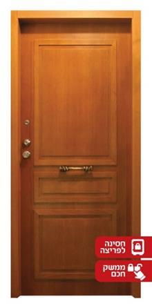 דלת בגוון עץ