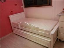 מיטת יחיד עם מעקה