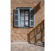 חלון כחול מעץ
