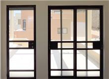 """דלת מפרופיל אלומיניום - אלומטל מעטפת לבניין בע""""מ"""