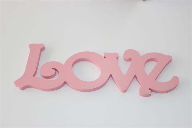 מילה מעוצבת LOVE ורוד