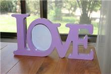 מילה מעוצבת עם תמונה LOVE סגול