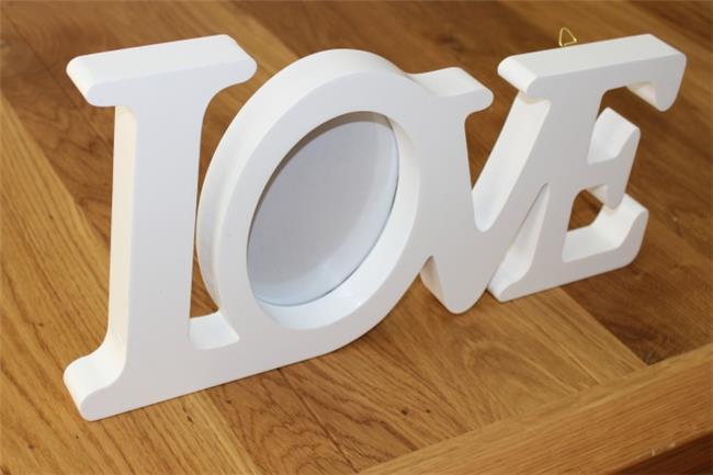 מילה מעוצבת עם תמונה LOVE לבן