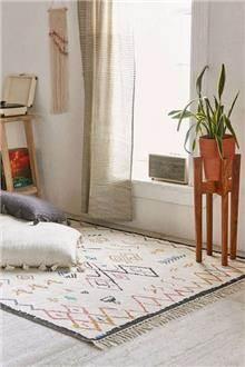 שטיח בהיר עם רקמה צבעונית - Fibers
