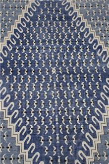 שטיח כחול בעיצוב גאומטרי