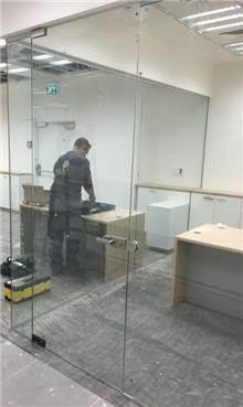 זאב זכוכית - דלתות מזכוכית