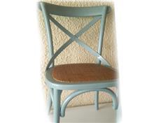 כיסא מעץ מלא בצבע תכלת - ליד הצריף