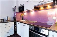 חיפוי קיר סגול למטבח