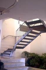 מדרגות מתכת כסופות - קו נבון