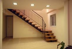 מדרגות עץ אגוז - קו נבון