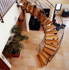 מדרגות פנים מעץ אגוז - קו נבון