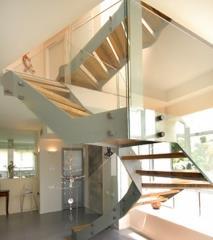 מדרגות עץ על בסיס מתכת  - קו נבון