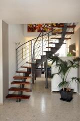 מדרגות בשילוב עץ מהגוני - קו נבון