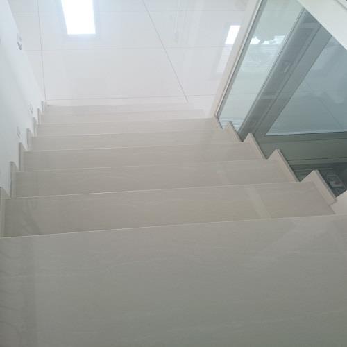 מדרגות גרניט פורצלן בגימור נקי - אומנות הפורצלן