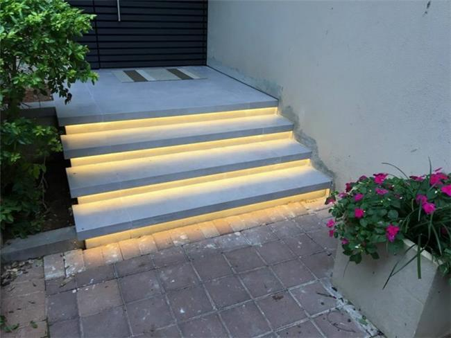 מדרגות עם תאורת לד - אומנות הפורצלן