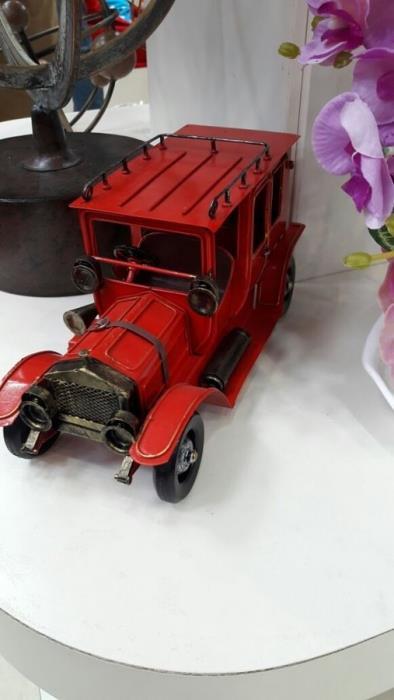 מכונית רטרו אדומה - רהיטי המושבה